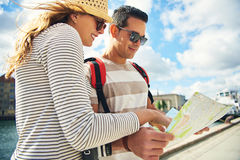 Jeunes couples de touristes regardant une carte Photographie stock
