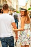 Jeunes couples de touristes sur la rue Photo stock