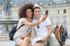 Jeunes couples de vue en vacances prenant le selfie Images stock