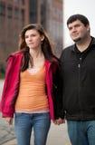 Jeunes couples dehors en centre ville Image libre de droits