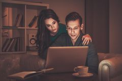 Jeunes couples derrière la discussion de table Image stock