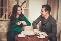 Jeunes couples derrière la discussion de table Images stock