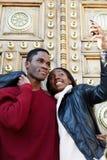 Jeunes couples des étudiants marchant autour de la ville dans un jour et faisant l'autoportrait avec le téléphone portable Photo libre de droits