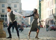 Jeunes couples des acteurs dans l'habillement classique de style photo libre de droits