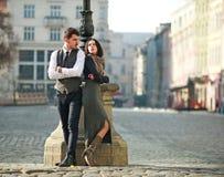 Jeunes couples des acteurs dans l'habillement classique de style photo stock