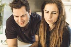 Jeunes couples des amants embrassant et étreignant dans la cuisine Homme et femme montrant l'affection et la tendresse image libre de droits