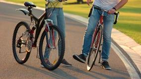 Jeunes couples des cyclistes ayant l'amusement banque de vidéos