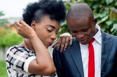 Jeunes couples des gens d'affaires regardant quelque chose ensemble images stock