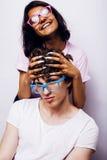 Jeunes couples des métis amie et ami ayant l'amusement sur le fond blanc, concept adolescent de personnes de mode de vie Images stock