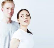 Jeunes couples des métis amie et ami ayant l'amusement sur le fond blanc, concept adolescent de personnes de mode de vie Photos stock