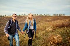 Jeunes couples des touristes avec des sacs à dos sur la nature Images libres de droits