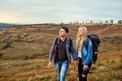 Jeunes couples des touristes avec des sacs à dos sur la nature Photo libre de droits