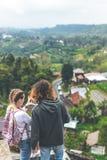 Jeunes couples des touristes dans l'hôtel abandonné sur le nord de l'île de Bali, Indonésie photos stock