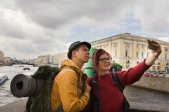 Jeunes couples des touristes prenant des selfies dans la perspective de la ville Photo libre de droits