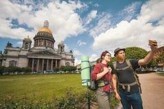 Jeunes couples des touristes prenant des selfies contre la cathédrale d'Isaac à St Petersburg Photo libre de droits