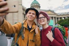 Jeunes couples des touristes prenant des selfies contre la cathédrale de Kazan à St Petersburg Photo stock