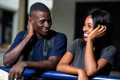 Jeunes couples des touristes se penchant contre une barre de fer photographie stock libre de droits
