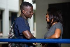 Jeunes couples des touristes se penchant contre une barre de fer photos stock