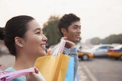 Jeunes couples descendant la rue avec des paniers dans Pékin, plan rapproché Images stock