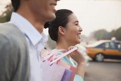 Jeunes couples descendant la rue avec des paniers dans Pékin, plan rapproché Image stock