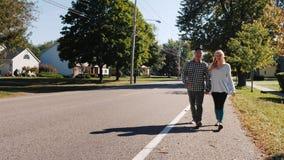 Jeunes couples descendant la rue tenant des mains Ville américaine typique