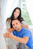 Jeunes couples dessus dans l'amour à la maison Photographie stock