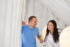 Jeunes couples dessus dans l'amour à la maison, se tenant Images stock