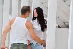 Jeunes couples dessus dans l'amour à la maison, se tenant Image libre de droits