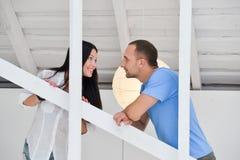 Jeunes couples dessus dans l'amour à la maison, se tenant Images libres de droits