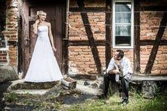 Jeunes couples devant la vieille maison Image libre de droits