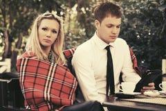 Jeunes couples dinant à un café de trottoir Photographie stock