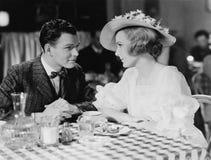 Jeunes couples dinant dans le restaurant (toutes les personnes représentées ne sont pas plus long vivantes et aucun domaine n'exi photographie stock