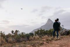 Jeunes couples dirigeant un bourdon de vol en ciel Photo libre de droits