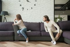Jeunes couples discutant se reposer sur le sofa, homme criant à la femme Photo libre de droits