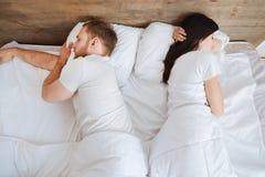 Jeunes couples dormant paisiblement dans le bâti Photo stock
