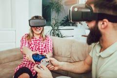 Jeunes couples drôles jouant des jeux vidéo Image libre de droits