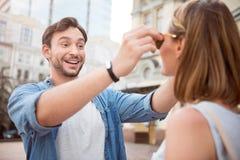 Jeunes couples drôles ayant une promenade Photos stock