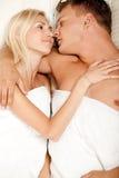 Jeunes couples effectuant à l'extérieur Image libre de droits