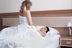 Jeunes couples effectuant l'amour dans le bâti Images stock