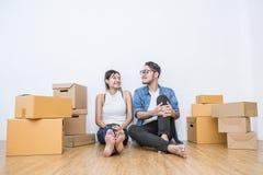 Jeunes couples emballant et déplaçant leur maison, emballage de marketing en ligne et livraison, Images stock