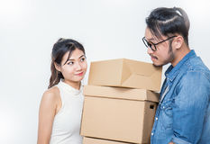 Jeunes couples emballant et déplaçant leur maison, emballage de marketing en ligne et livraison, Image libre de droits