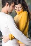 Jeunes couples embrassant, à l'extérieur Images libres de droits