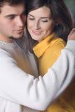 Jeunes couples embrassant, à l'extérieur Images stock
