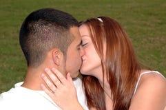 Jeunes couples embrassant à l'extérieur images stock