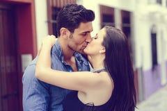 Jeunes couples embrassant dans la rue Photos stock