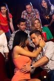 Jeunes couples embrassant dans le cinéma Photographie stock libre de droits