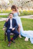 Jeunes couples embrassant dans le jardin de floraison de ressort Amour et thème romantique Image stock