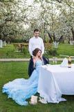 Jeunes couples embrassant dans le jardin de floraison de ressort Amour et thème romantique Photo libre de droits