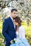 Jeunes couples embrassant dans le jardin de floraison de ressort Amour et thème romantique Images stock