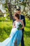 Jeunes couples embrassant dans le jardin de floraison de ressort Amour et thème romantique Photographie stock libre de droits